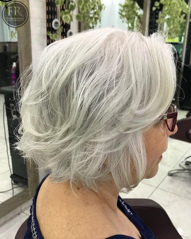 Coiffure à plumes pour les femmes de plus de 50 ans aux cheveux épais.