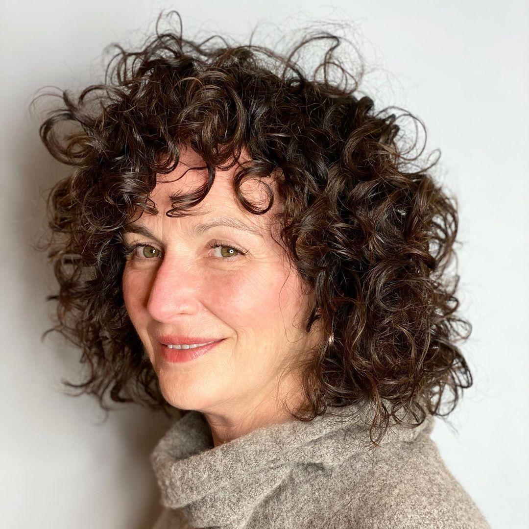 bob court et bouclé pour les femmes de plus de 50 ans aux cheveux épais