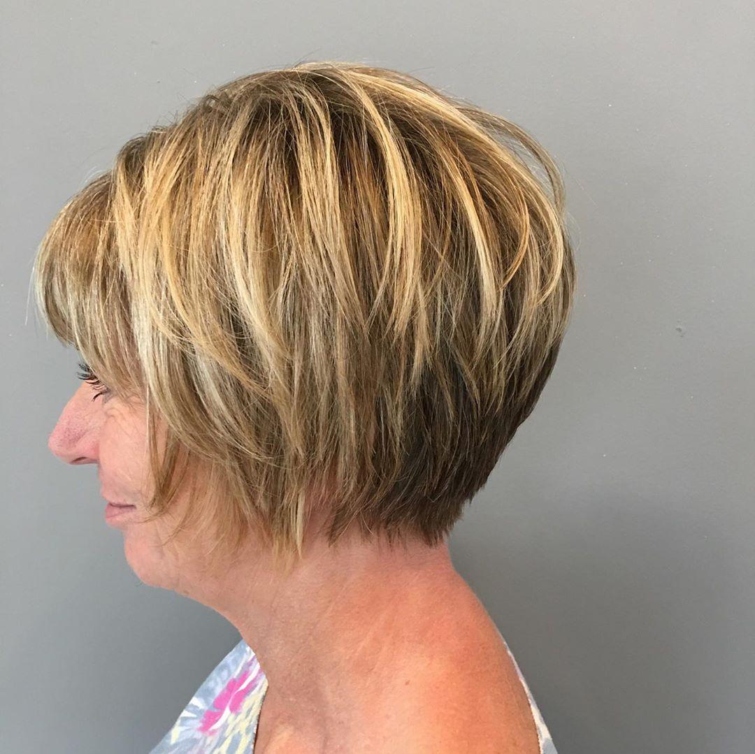 coupe blonde pour femme de 50 ans et plus aux cheveux épais