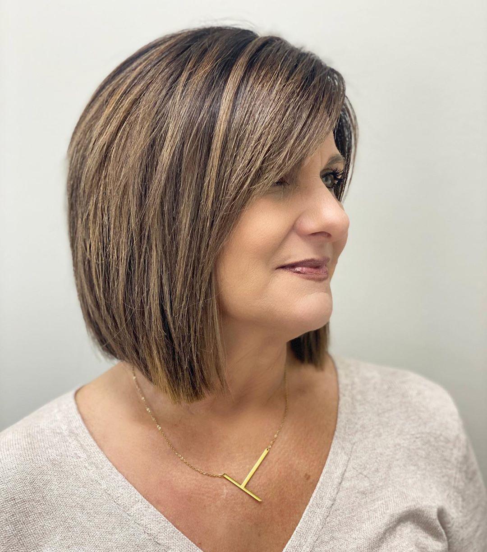 Lob avec frange balayée sur le côté pour les femmes aux cheveux épais de 50+.
