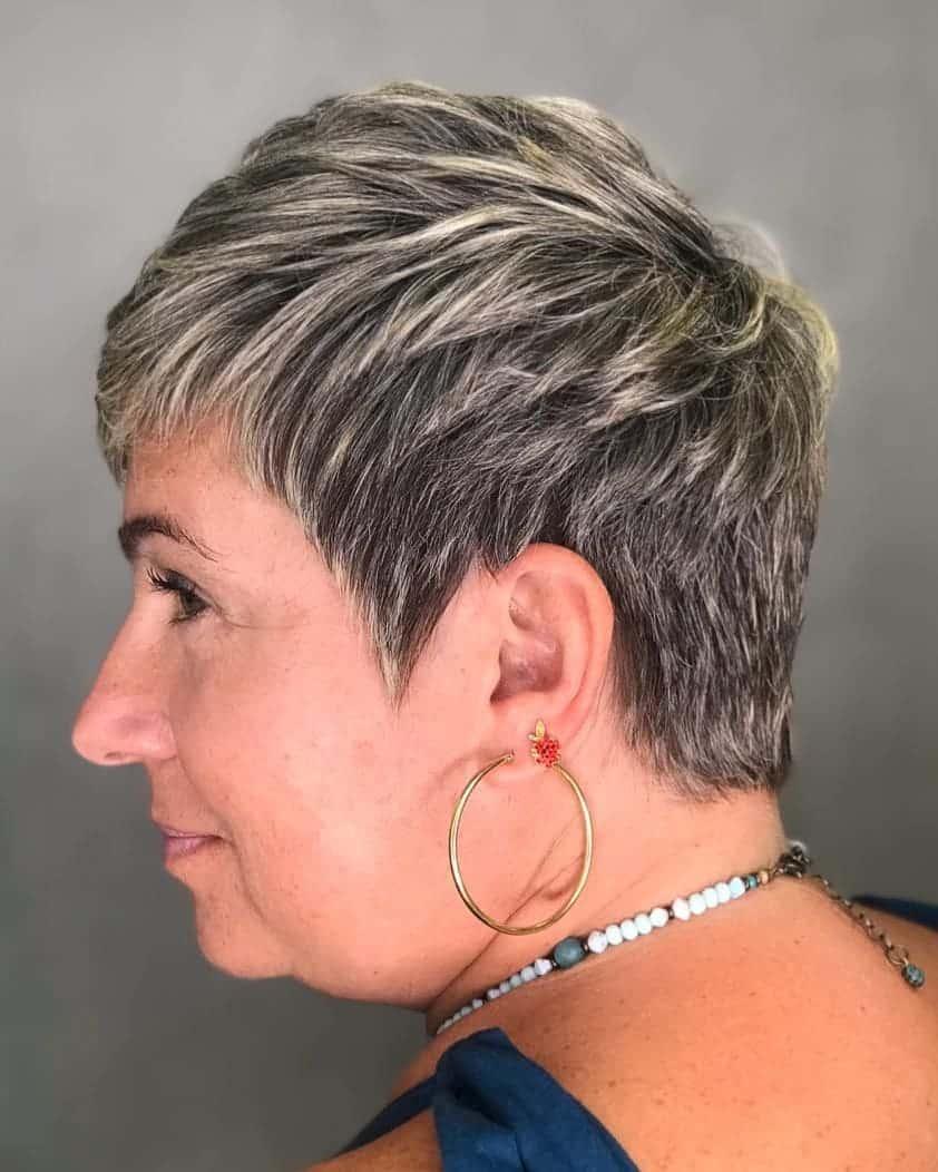 Pixie gris avec sous-coupe pour femme de 50 ans avec cheveux épais.