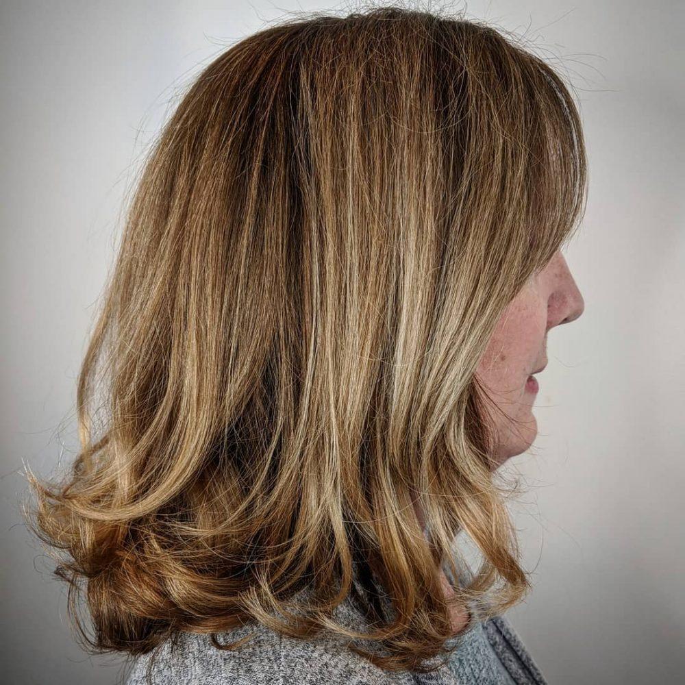 Lob à plumes pour les femmes de 50 ans et plus aux cheveux épais