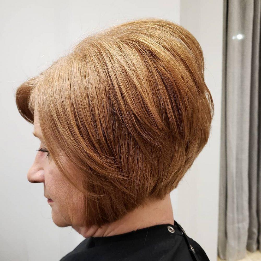 cheveux courts dégradés pour les femmes de plus de 50 ans