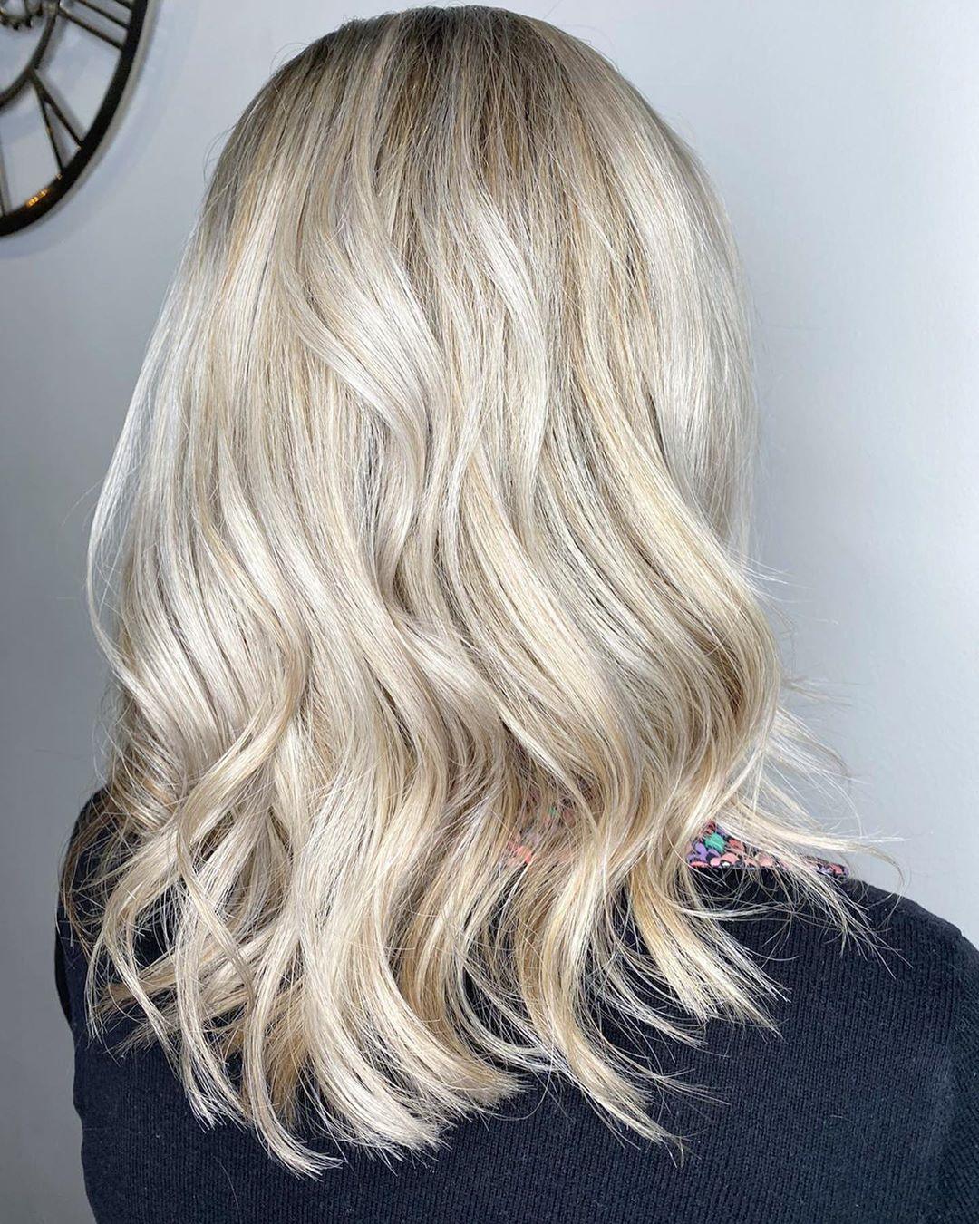 Blond cendré clair sur cheveux décolorés