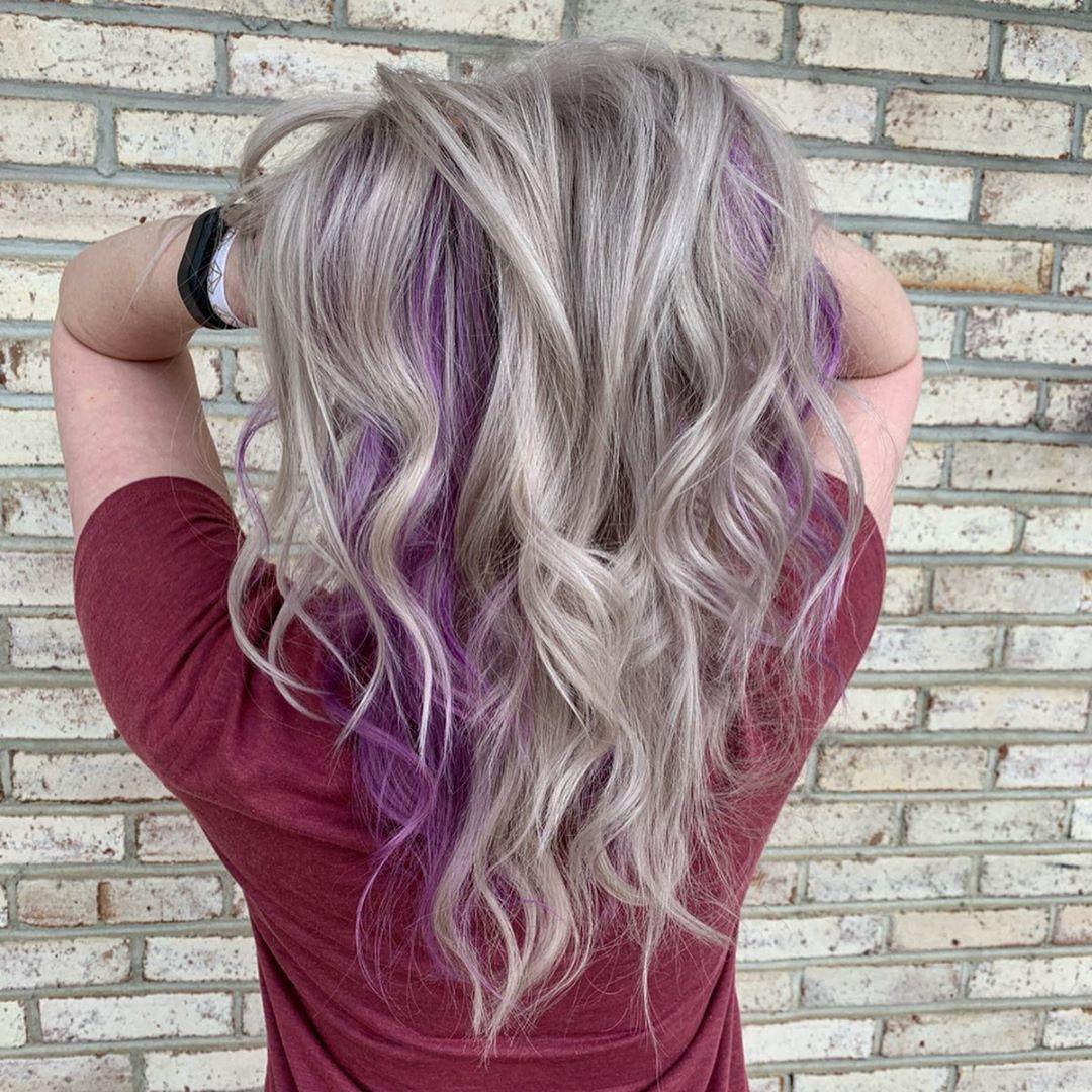 cheveux blond cendré clair et violet