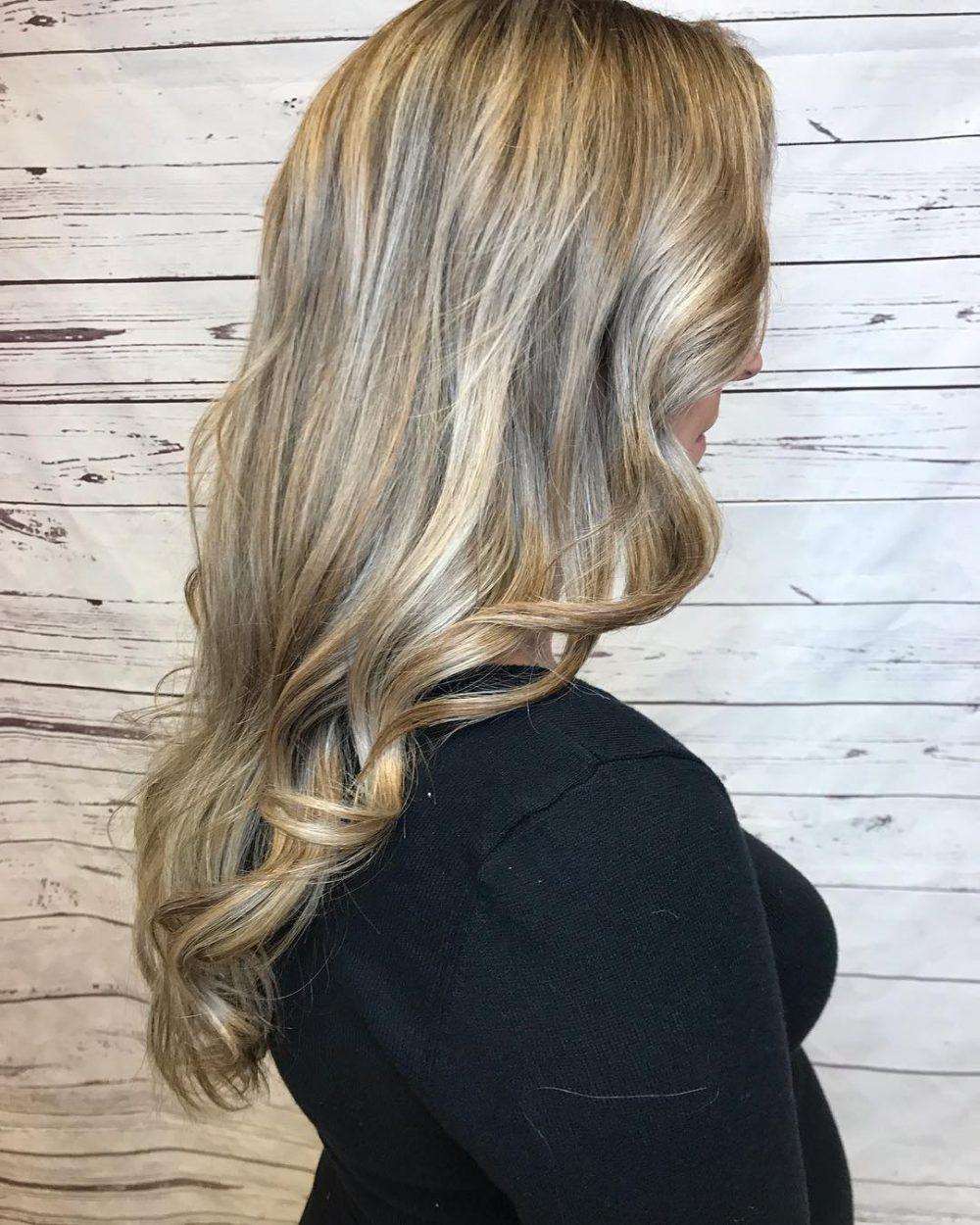 cheveux châtain clair avec des mèches blond cendré