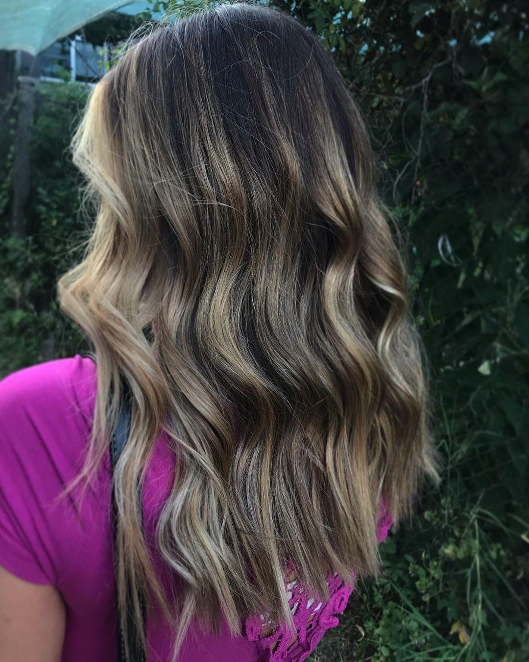 blond cendré clair sur cheveux noirs