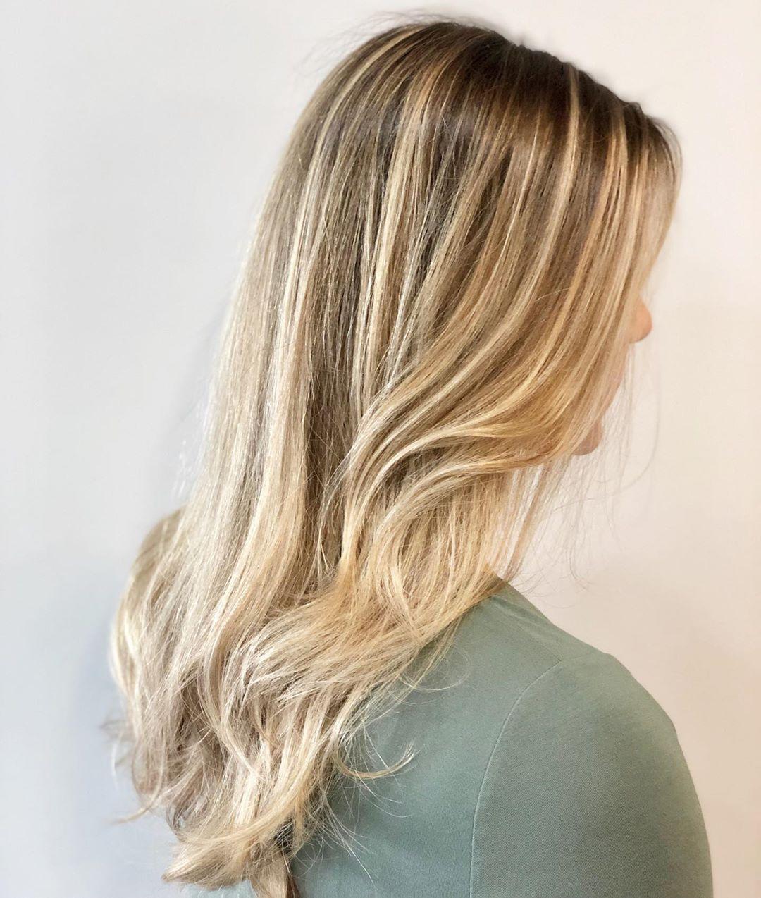 mèches blond cendré clair sur cheveux bruns