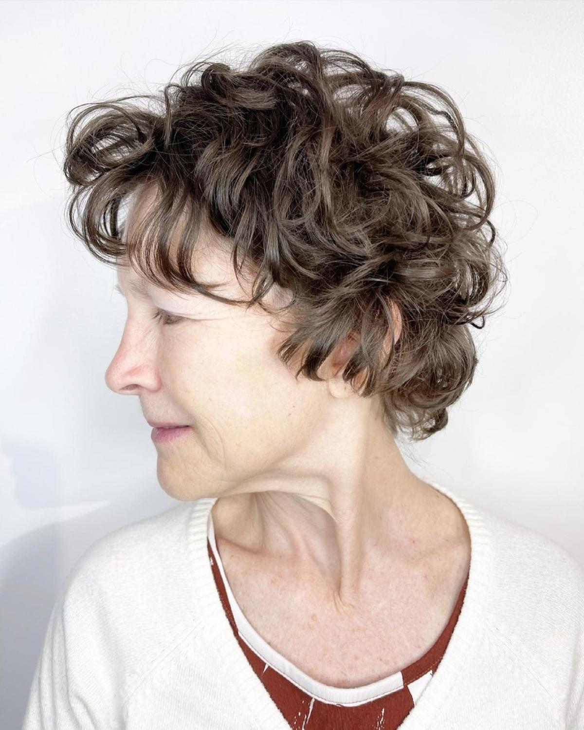 Pixie frisé avec des couches pour les femmes de plus de 70 ans
