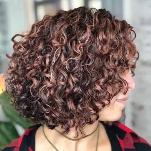 Cheveux bouclés courts et dégradés stylisés