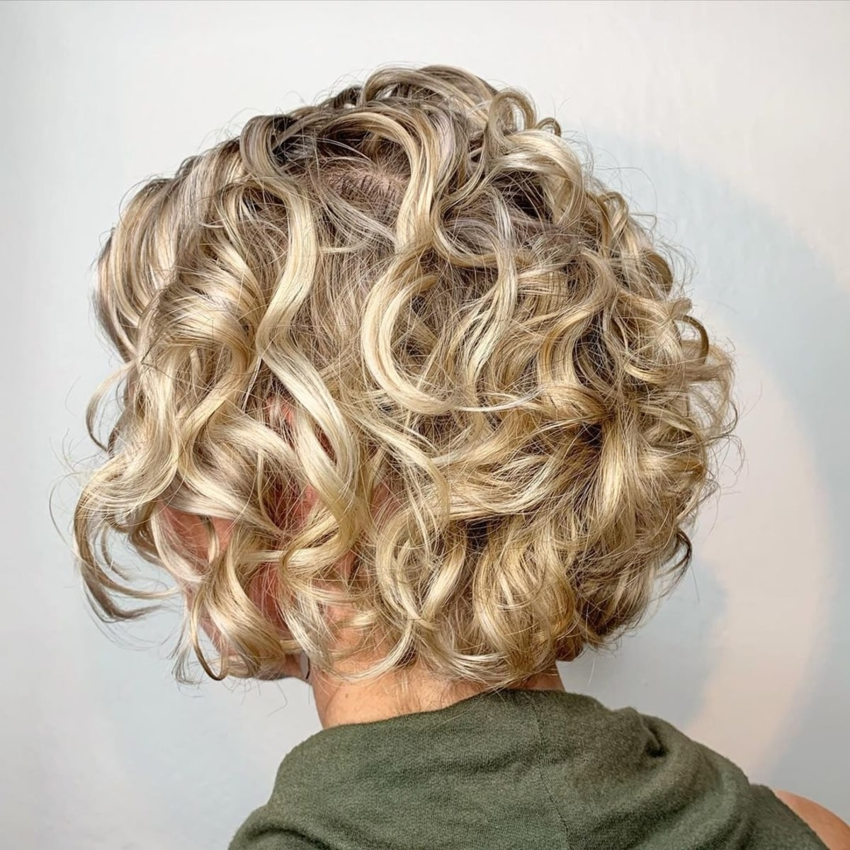 Cute before and after curly bob with layering (en anglais)