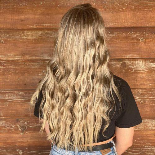 cheveux longs avec des vagues de plage