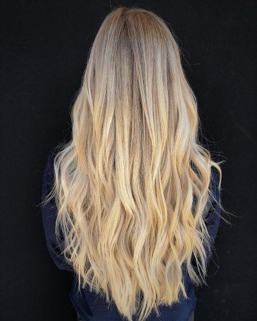 cheveux longs avec des vagues naturelles