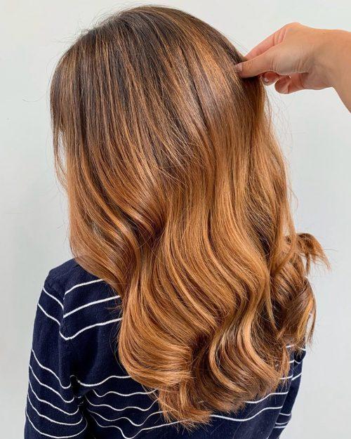cheveux longs légèrement ondulés