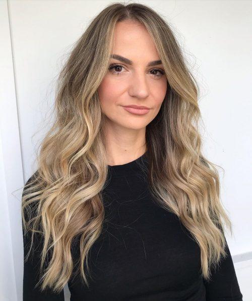 cheveux longs texturés et ondulés
