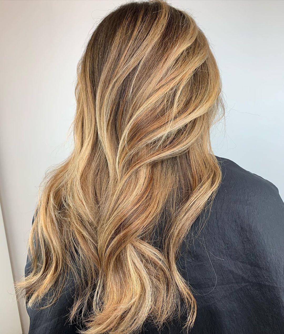 cheveux blond beige avec mèches