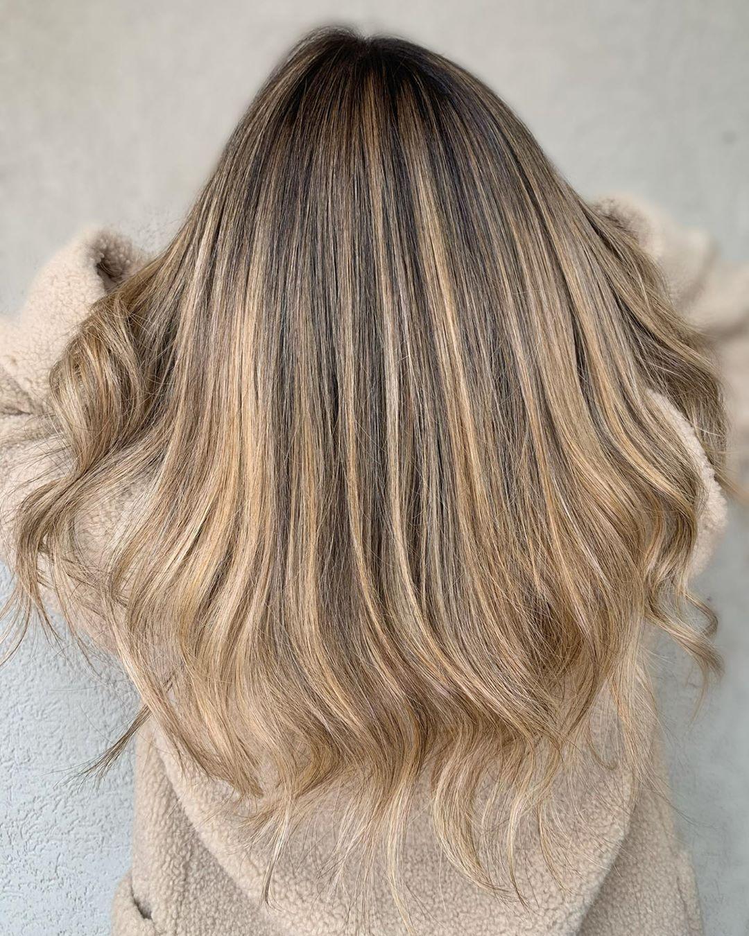 mèches blondes beiges sur cheveux bruns foncés