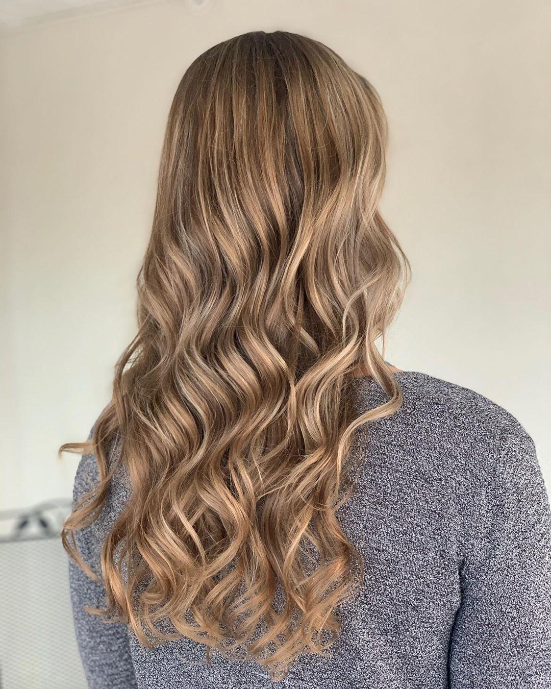 Mèches beiges sur cheveux blond foncé