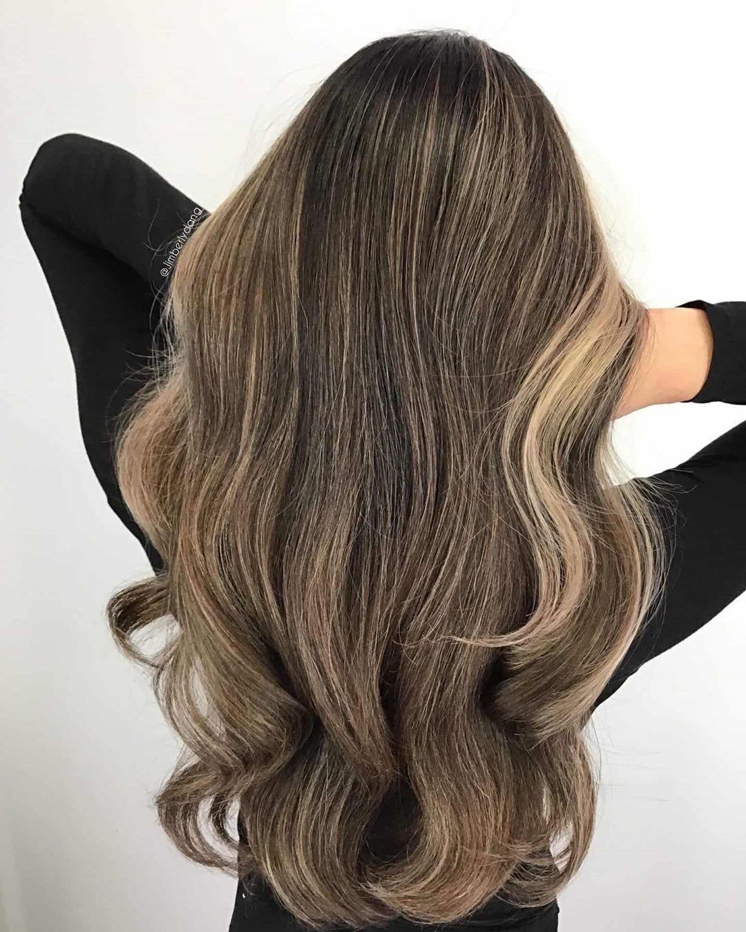 Cheveux foncés avec des mèches blondes beiges