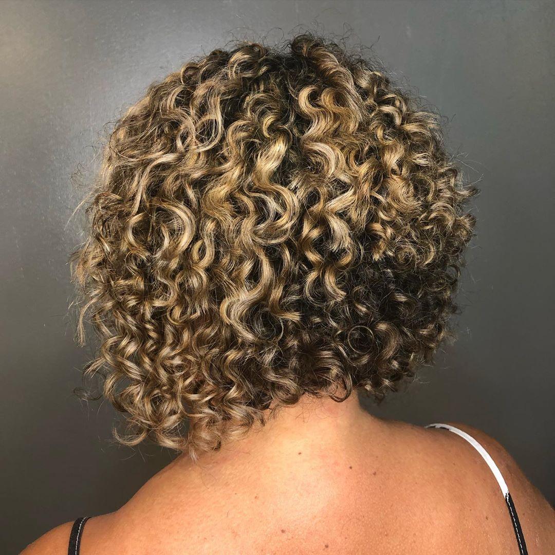 Cheveux blonds beiges bouclés
