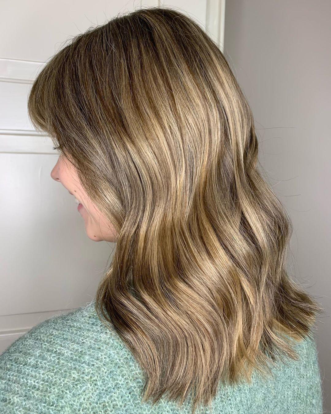 Mèches basses beiges sur cheveux blonds