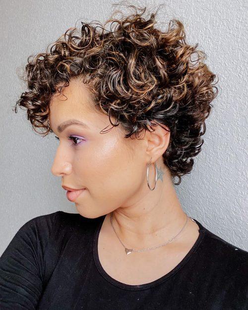 cheveux courts modernes et bouclés