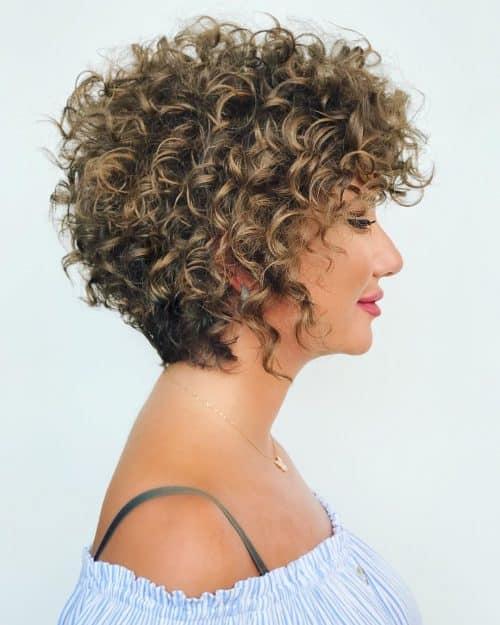 cheveux courts et bouclés modernes