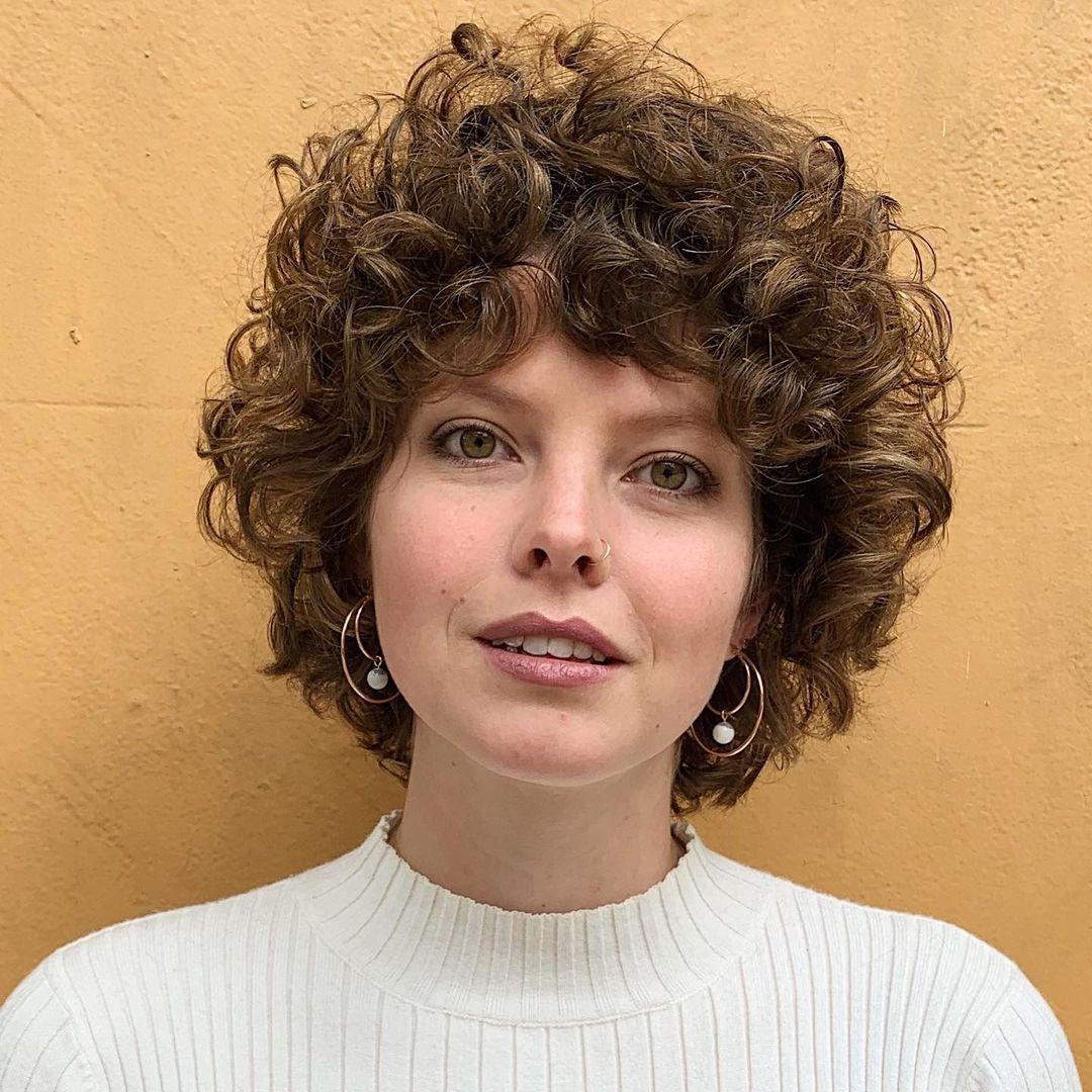 Jolis cheveux bouclés avec une frange