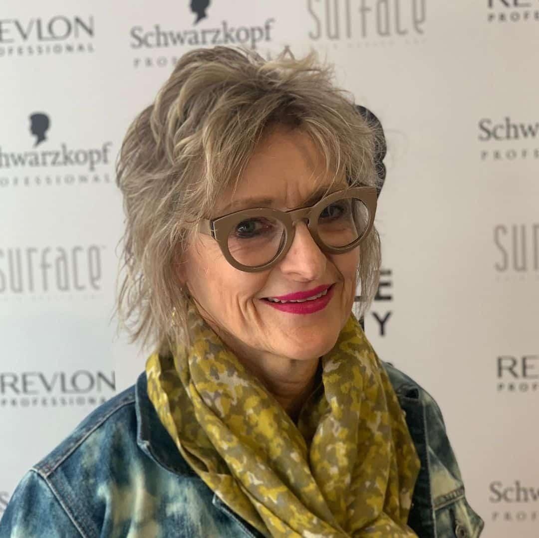 La coupe courte avec des lunettes pour les femmes plus âgées