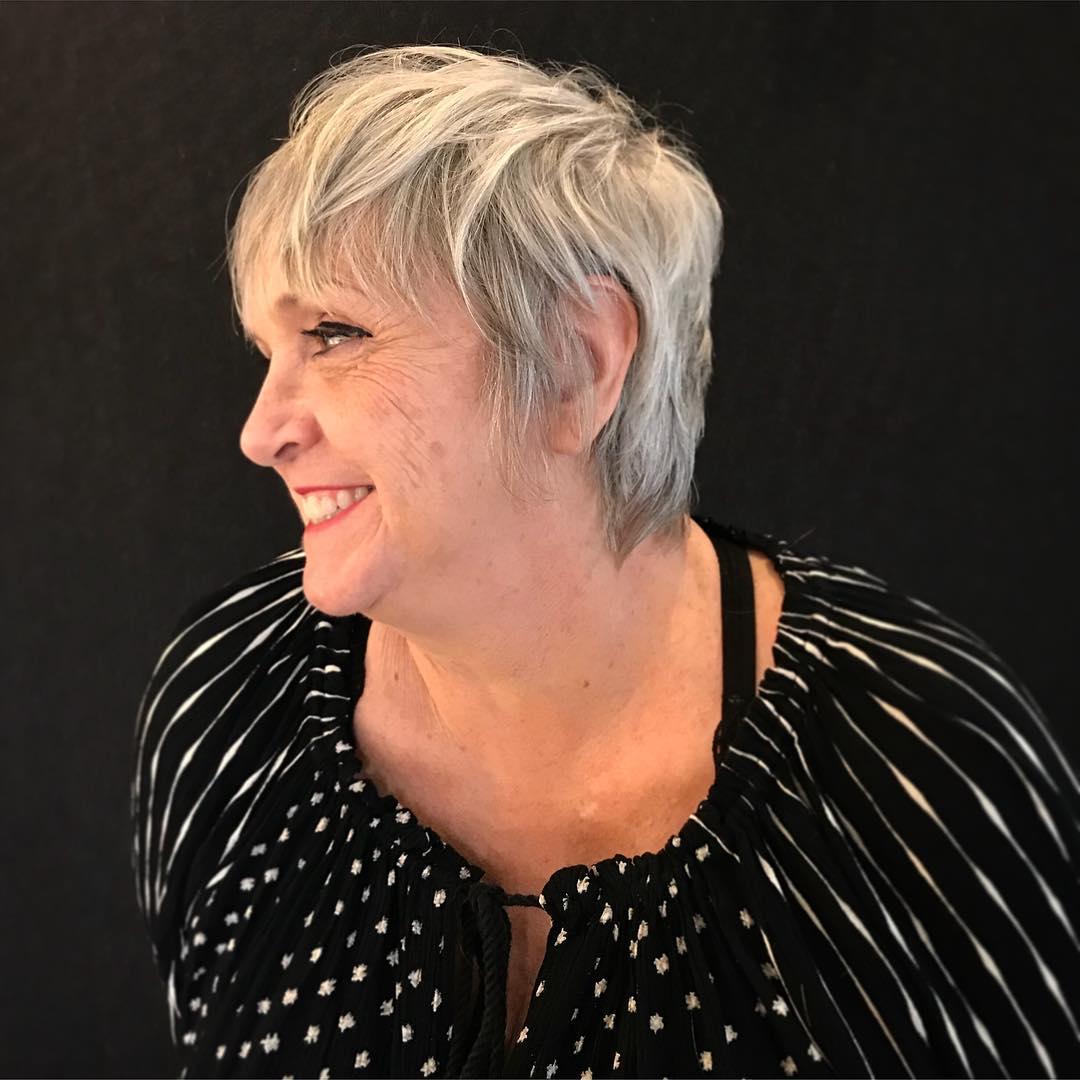 Coupe de cheveux hirsute pour les femmes âgées aux cheveux fins