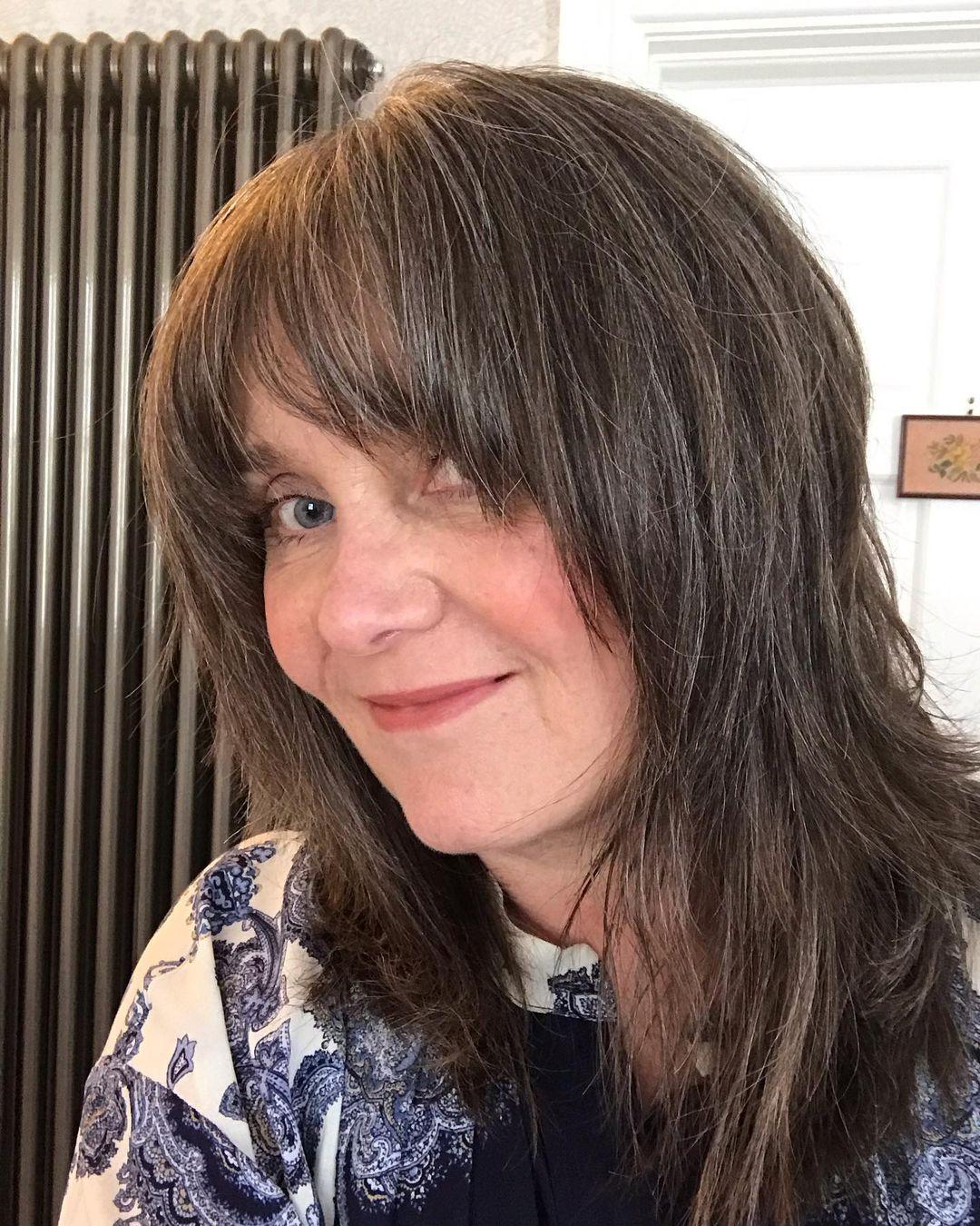 Cheveux crépus avec frange pour les femmes plus âgées