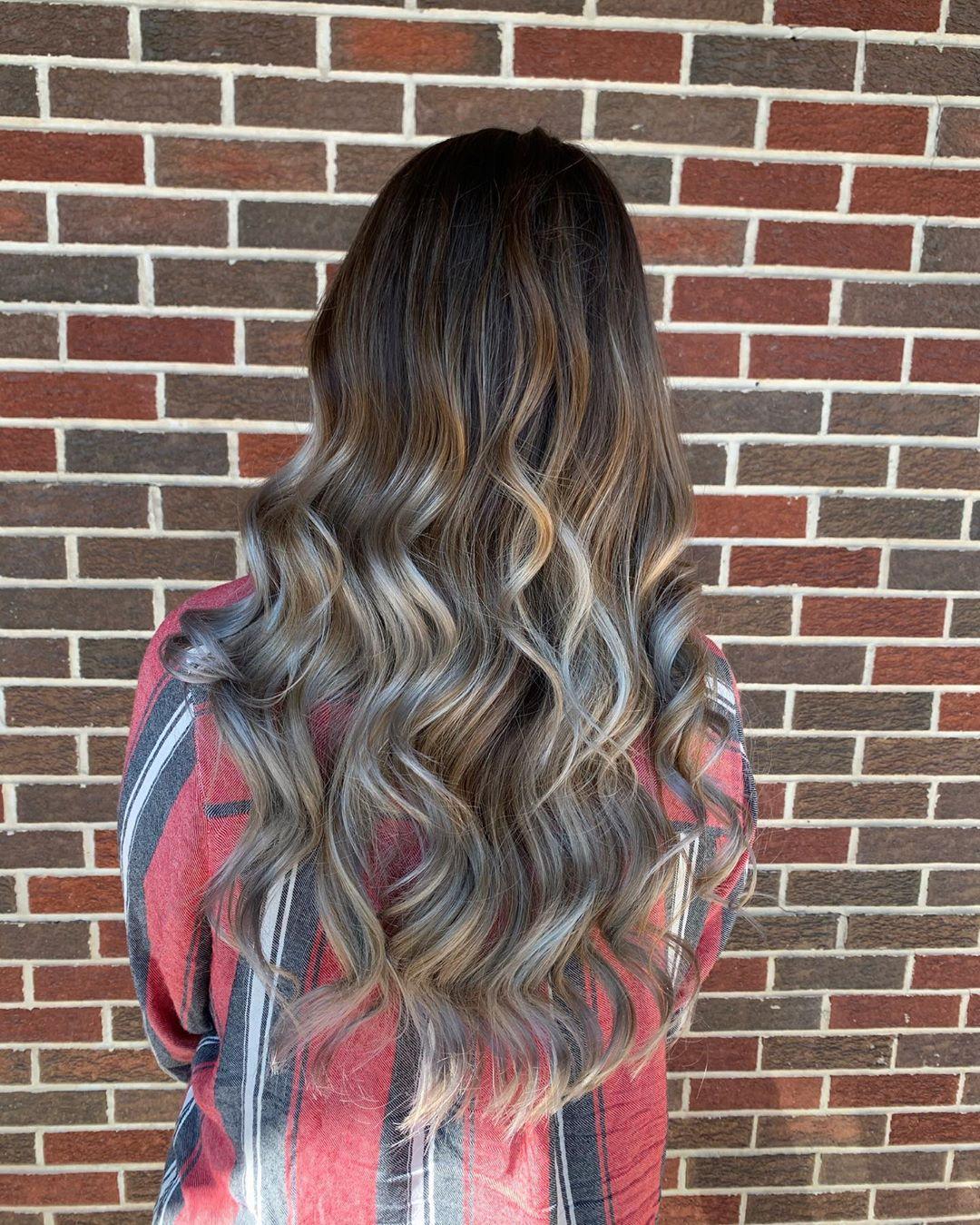 Cheveux blonds argentés caramélisés