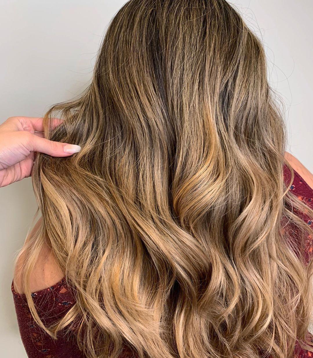 Balayage caramel sur des cheveux blonds beiges