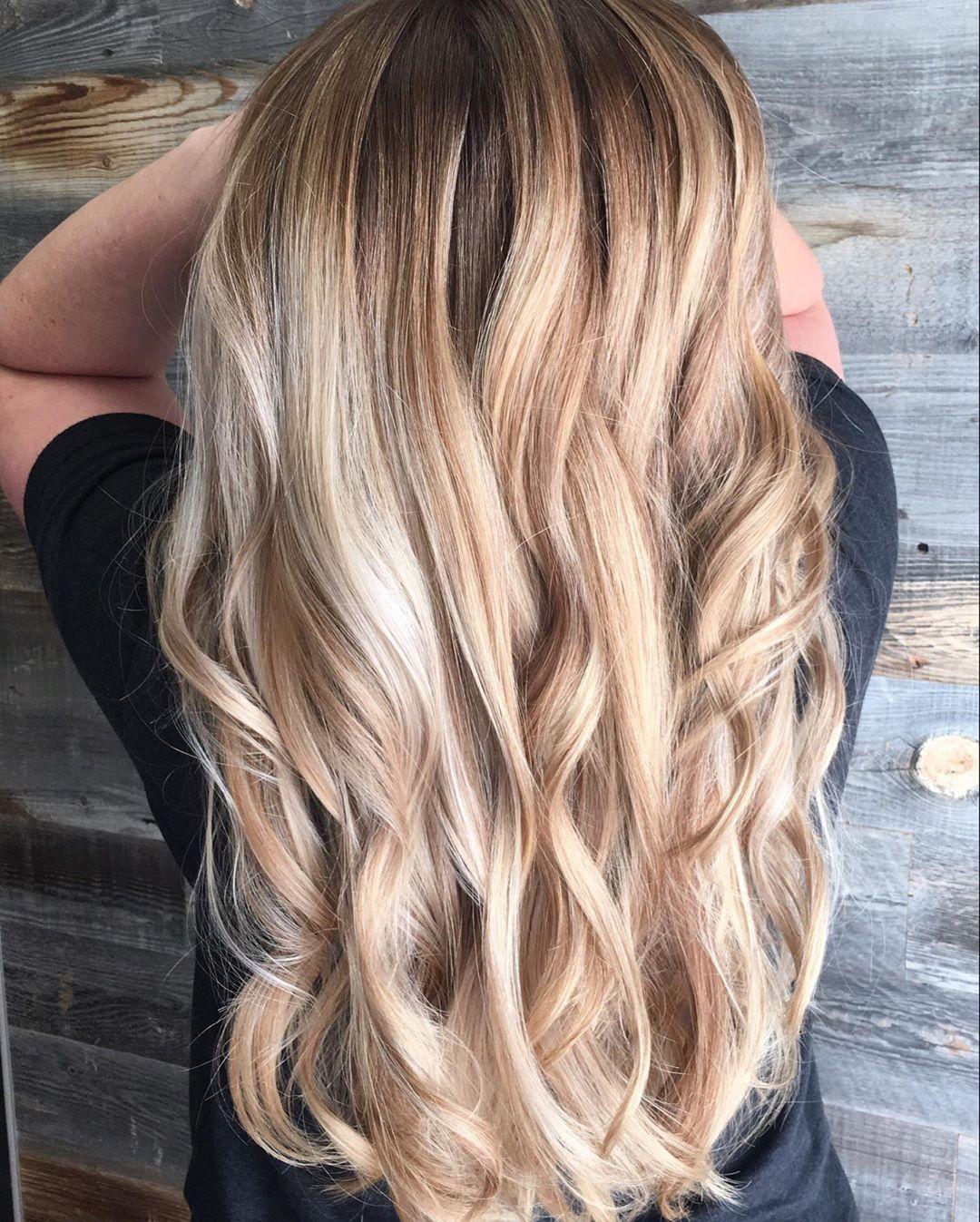 Mèches caramel sur cheveux blonds blancs