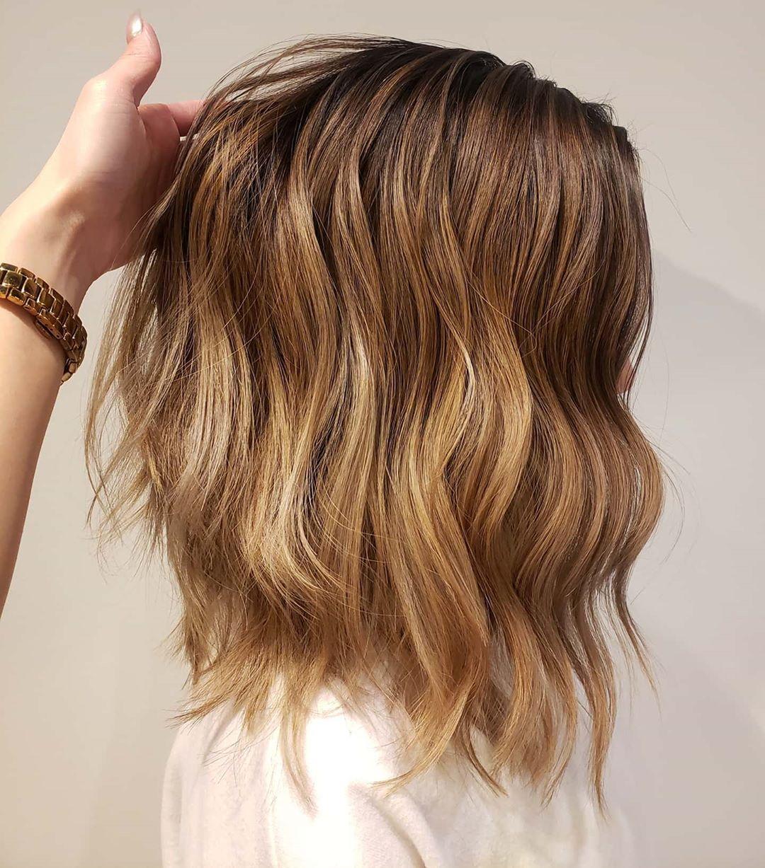 Cheveux caramel foncé et blond sableux