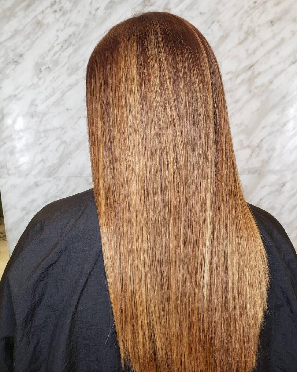 Mèches caramel sur cheveux blond foncé