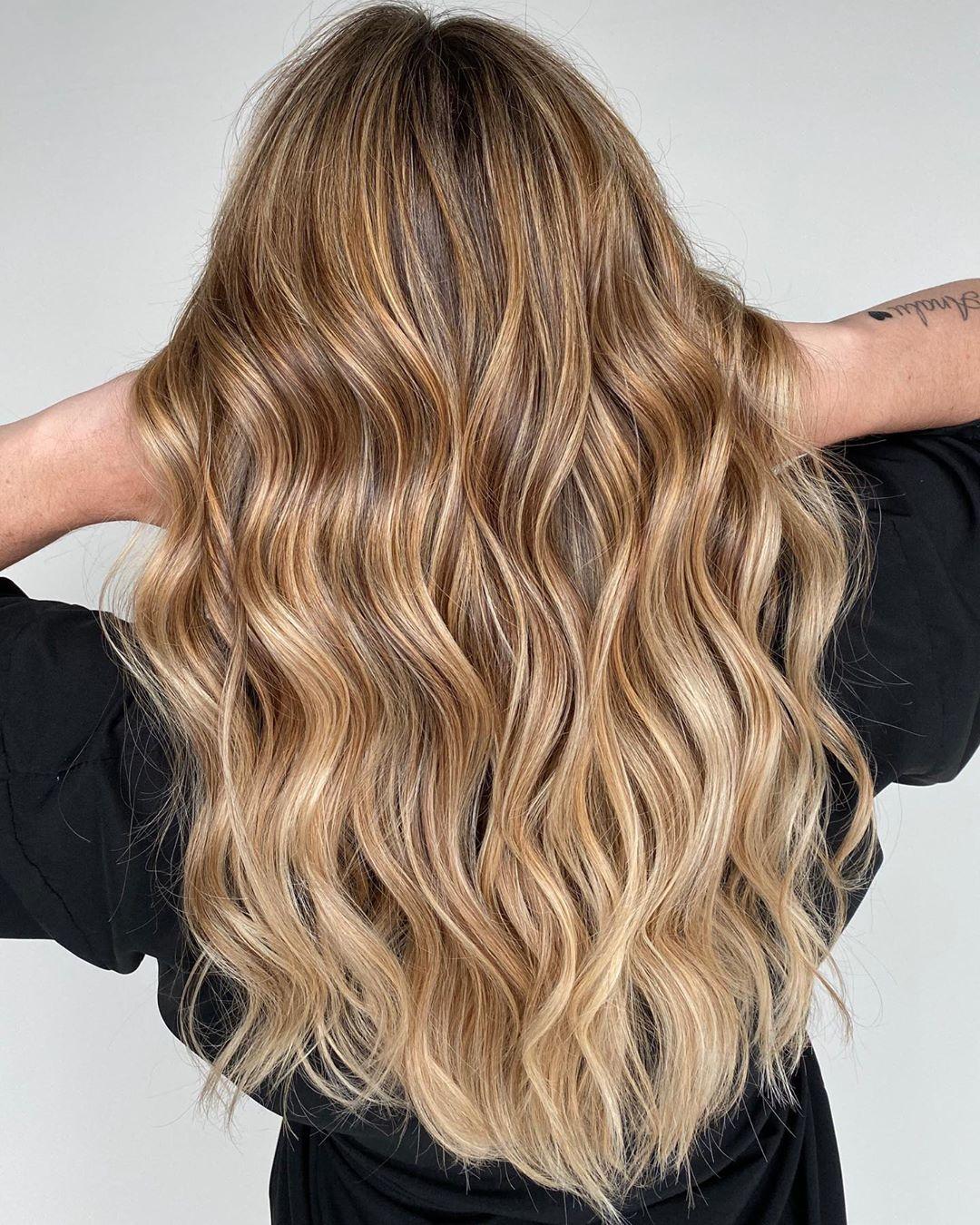 cheveux blond clair avec des reflets caramel