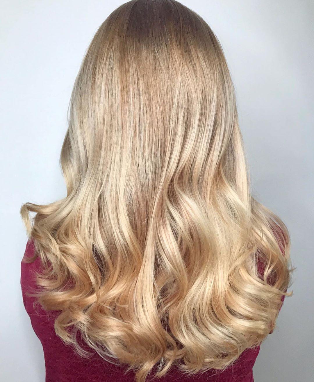 Cheveux blond platine caramel