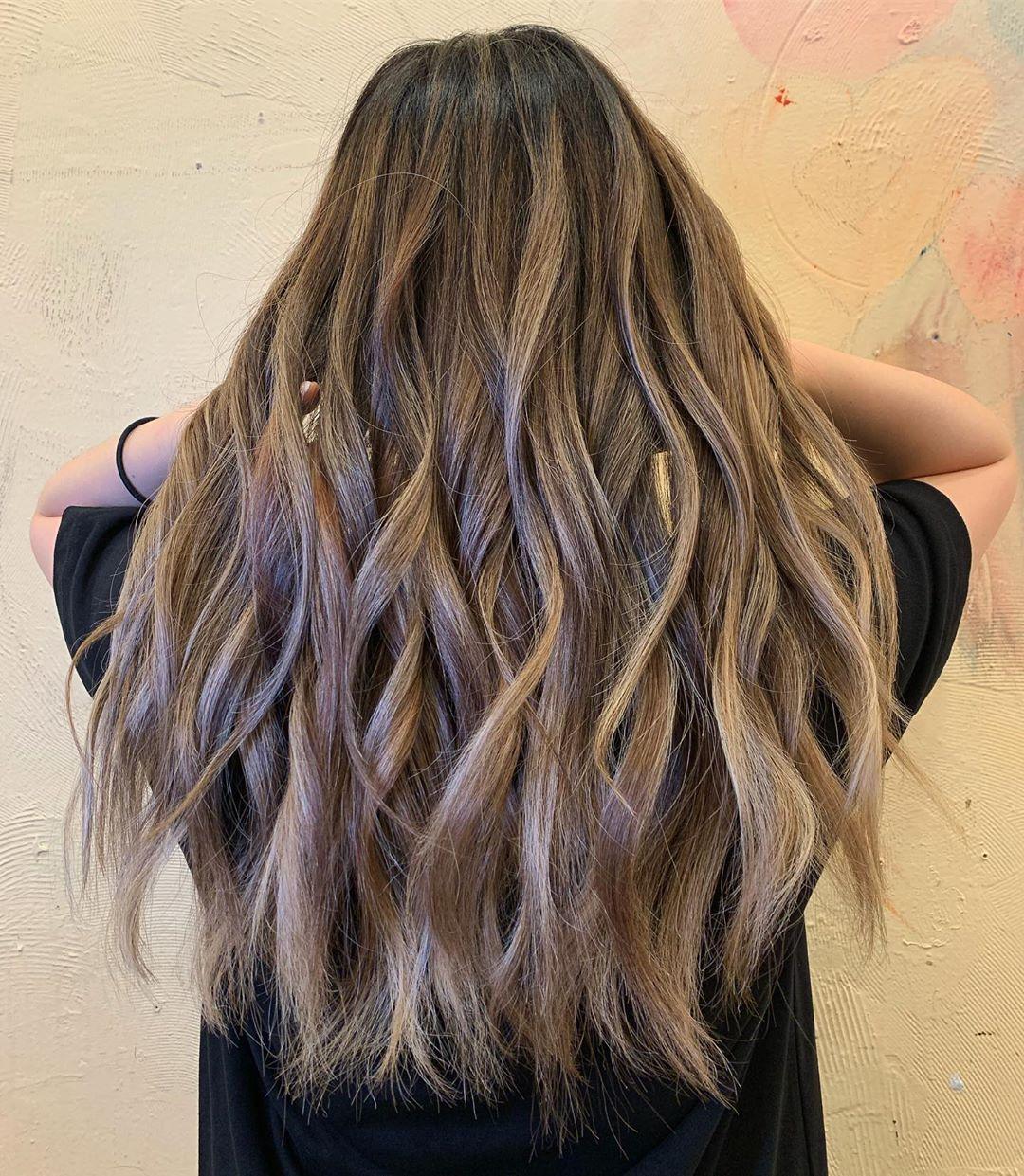 Blond cendré caramel sur cheveux bruns foncés