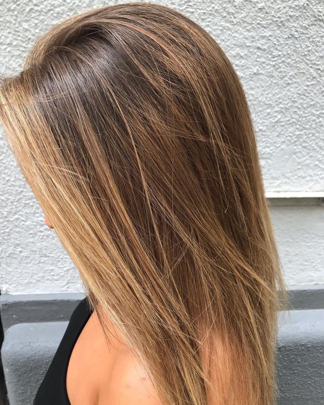 Cheveux bruns avec des mèches caramel et blond doré.