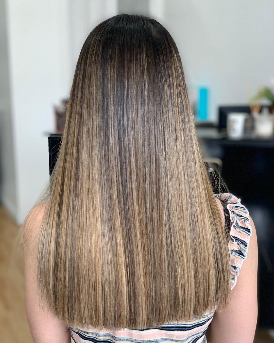 Balayage blond crème caramel sur cheveux foncés