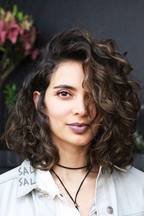 Cheveux bouclés avec une raie sur le côté