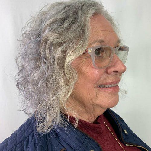 Bob permanent bouclé pour les femmes de plus de 60 ans