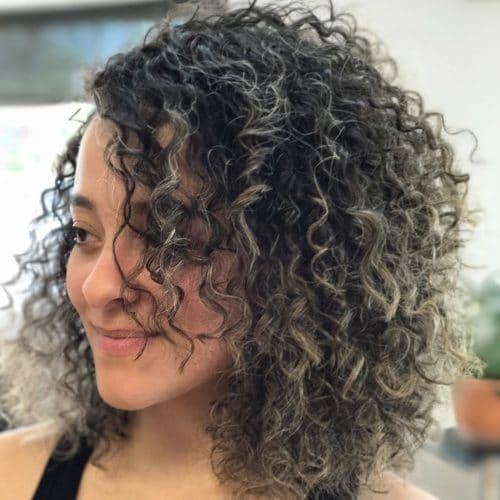 Une magnifique coiffure Layered Curly Bob.