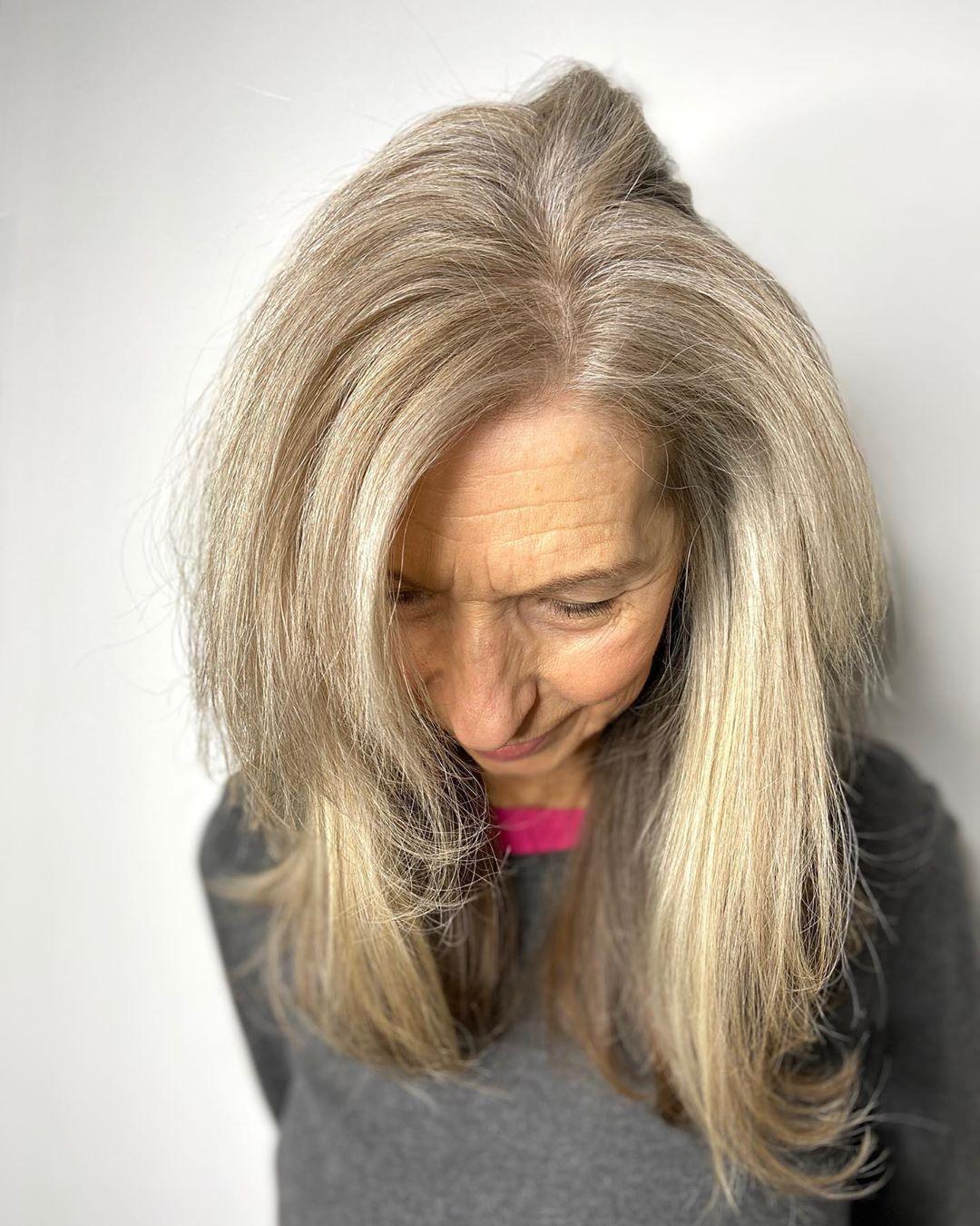 coupe de cheveux longue et droite pour une femme de 70 ans