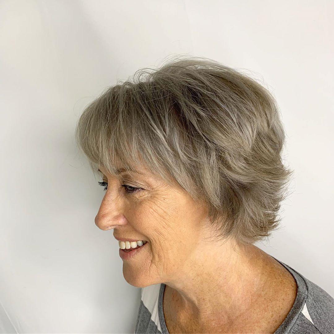coupe de cheveux courte texturée pour femme de plus de 70 ans
