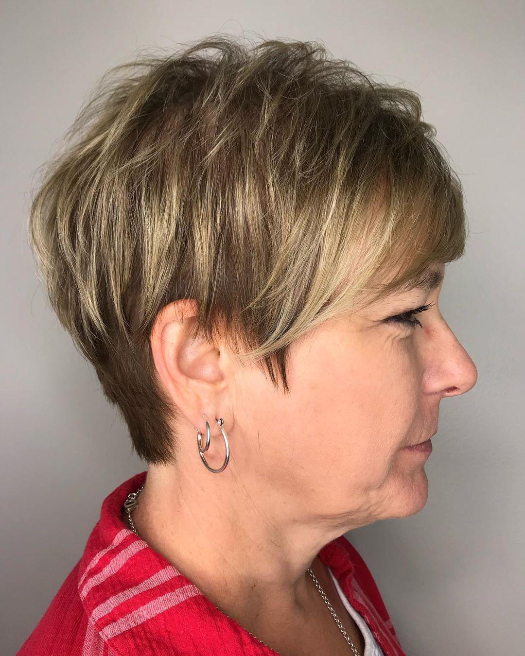 coupe pixie blonde à plumes pour les femmes de plus de 70 ans