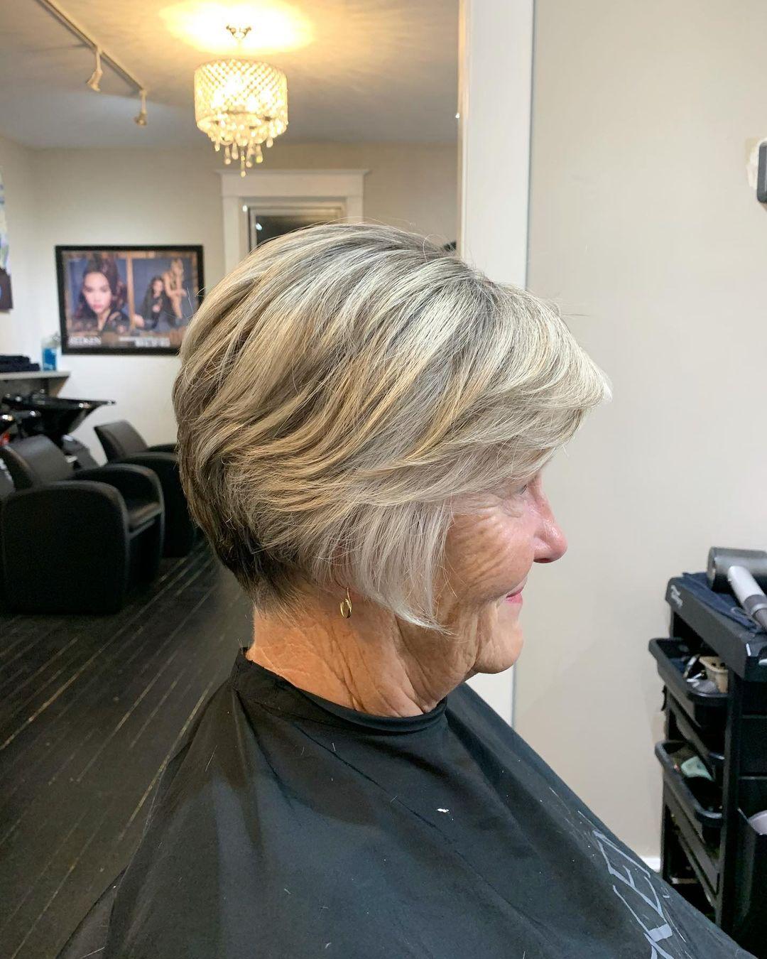 Coupe de cheveux courte et dégradée pour les femmes de plus de 70 ans.