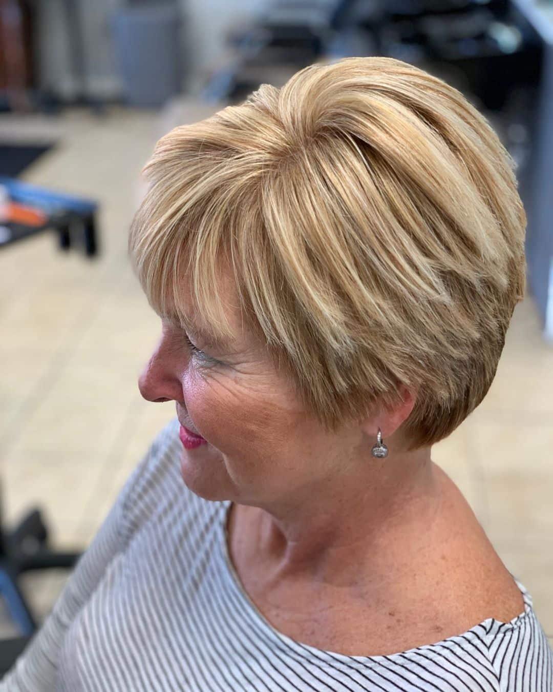 coupe de cheveux courte blonde cendrée pour une femme de plus de 70 ans