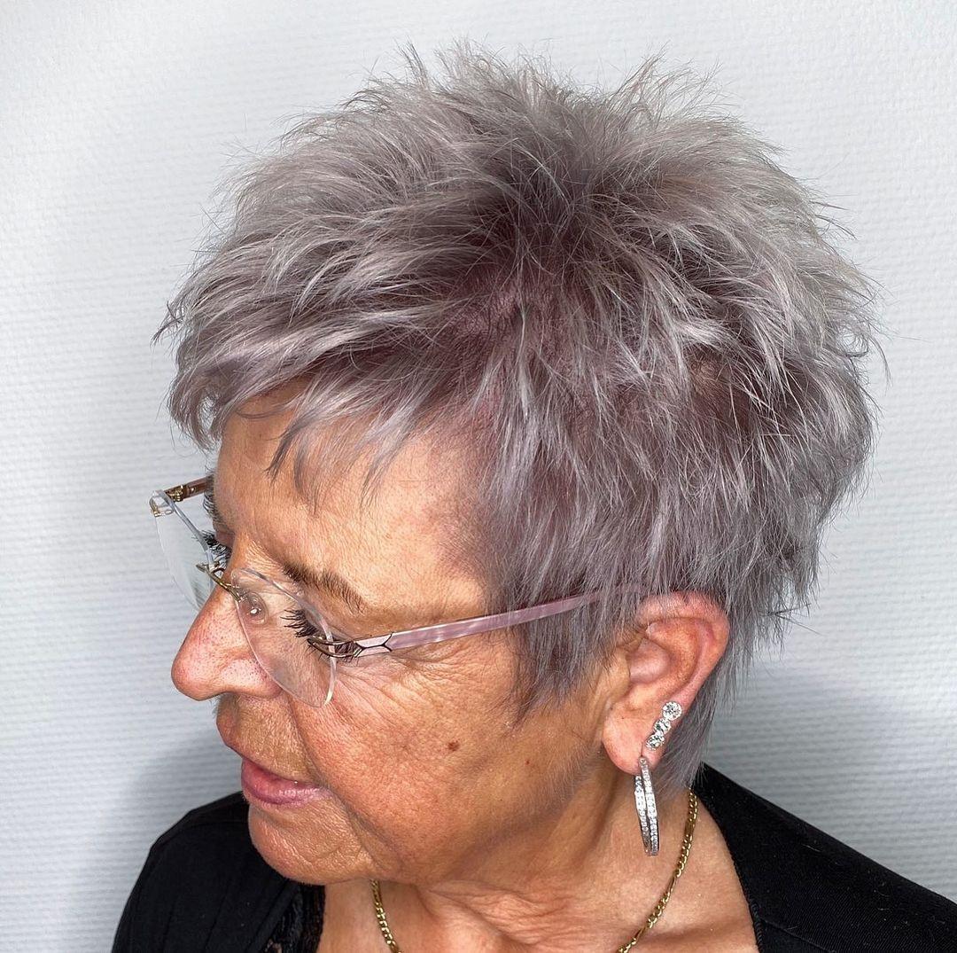Femme de 70 ans avec une coupe de cheveux en épi.